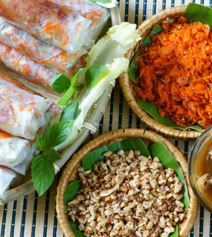 Nahaufnahme von vietnamesischen Spezialitäten in Bambuskörben