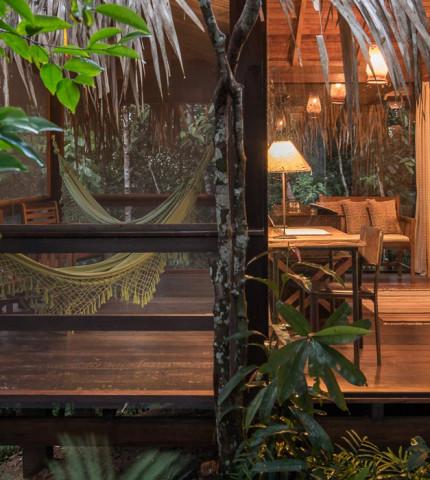Blick von außen in elegante Unterkunft inmitten des Regenwaldes des Amazonas, Brasilien