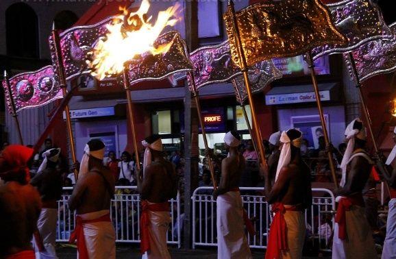 Auf den Fahnen sind buddhistische Motive angeordnet
