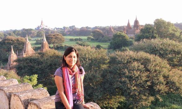 Junge Frau posiert vor den Tempeln von Bagan in Myanmar