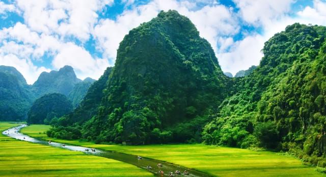 Sattgrüne Berge im Naturparadies Ninh Binh