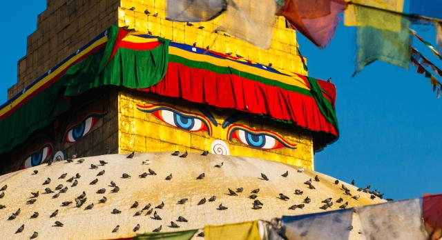 Gebetsfahnen an einem bunten Tempel in Kathmandu