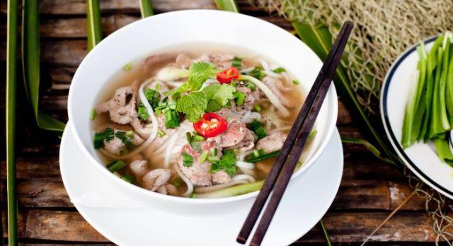 Ein dampfende Teller der Pho Nudelsuppe - darf in meinem Vietnam Reisebericht nicht fehlen