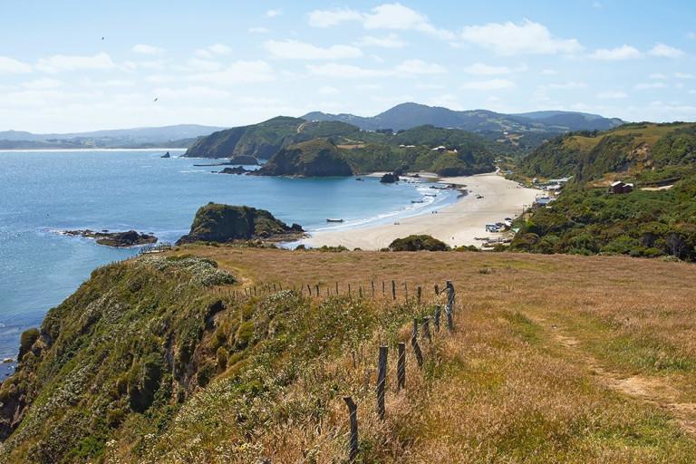 Ursprüngliche Küstenlandschaft mit Strand und Gebirge auf der Isla Grande de Chiloé, Chile