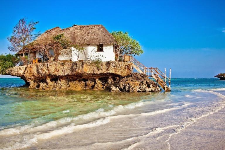 Kleines Restaurant auf einem Felsen am Strand von Sansibar, Afrika