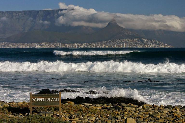 Blick von Robben Island auf Kapstadt und den mit Wolken verhangenen Tafelberg, Südafrika