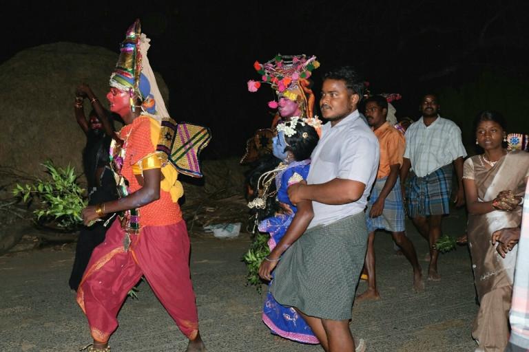 Bunt gekleidete und geschminkte Gläubige der Ankalamma in Tamil Nadu, Indien