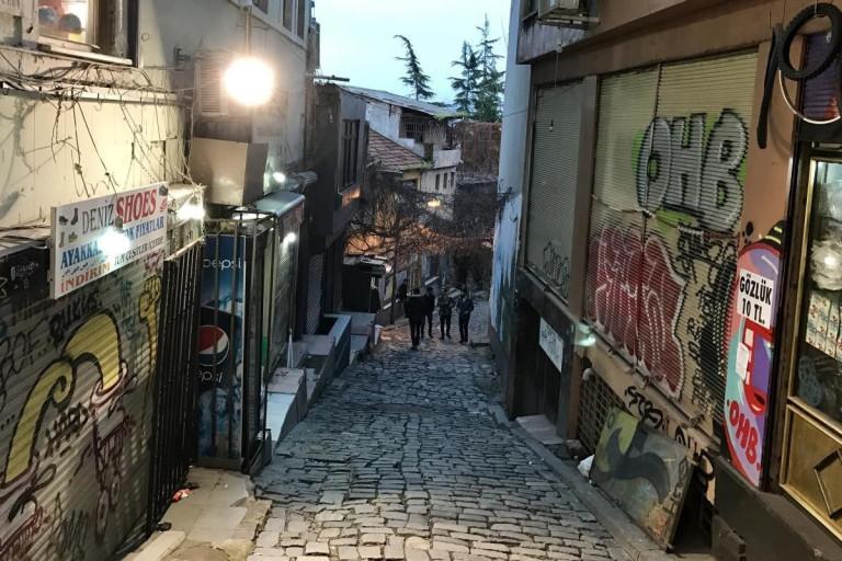 Enge Gasse mit Kopfsteinpflaster in Istanbul, Türkei