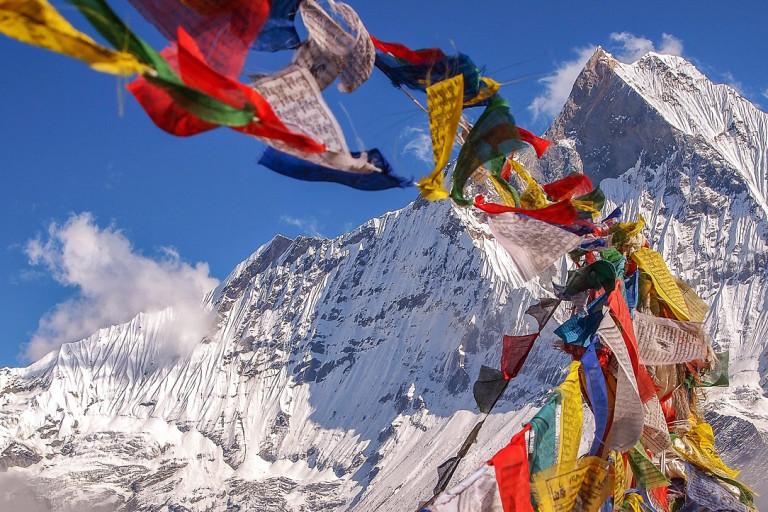 Bunte tibetische Gebetsfahnen wehen im Wind am Annapurna Basis-Camp, Nepal