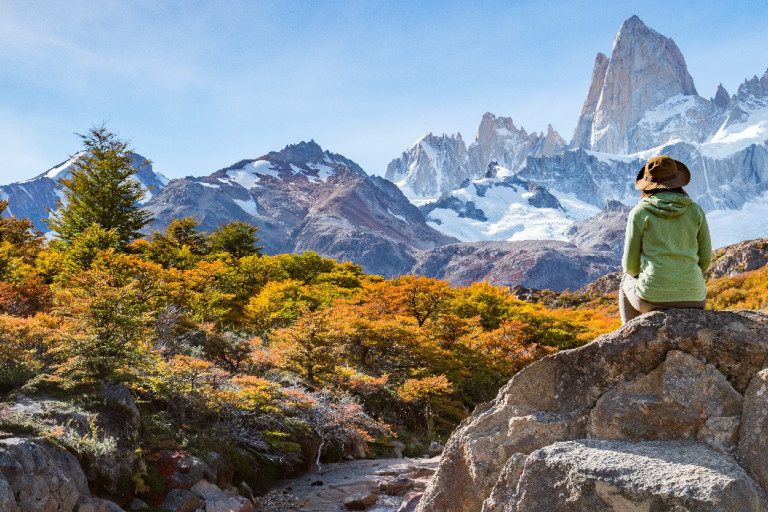 Einsamer Reisender blickt auf den Berg Fitz Roy in Patagonien