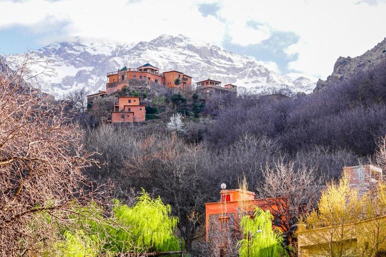 Pittoreskes Bergdorf Imlil im Hohen Atlas mit schneebedeckten Gipfeln in Marokko