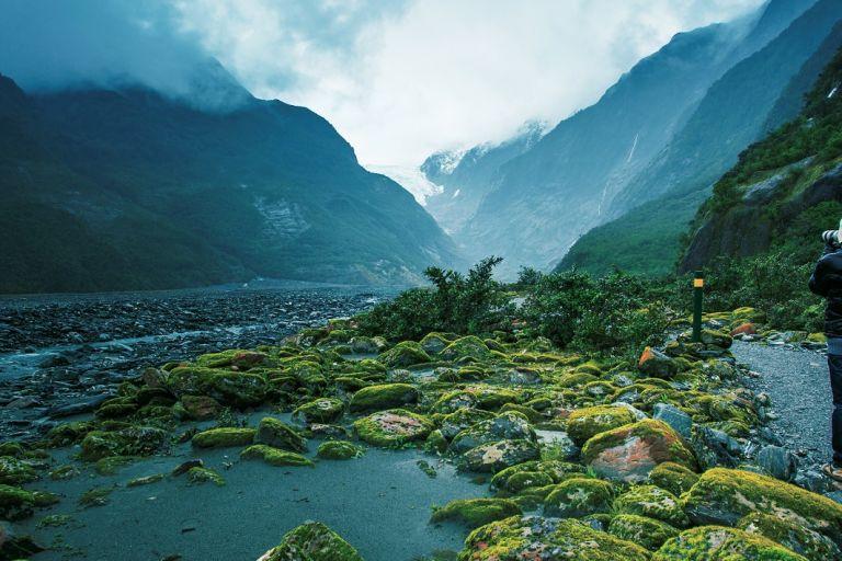 Fotograf vor dem Franz-Josef-Gletscher in Neuseeland
