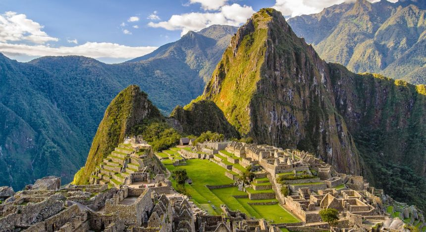 Blick auf die Ruinen und Berge von Machu Picchu in Peru
