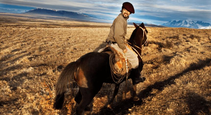 Gaucho in Patagonien reitet sein Pferd