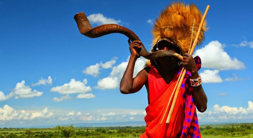 Traditionell gekleideter Mann in Kenia