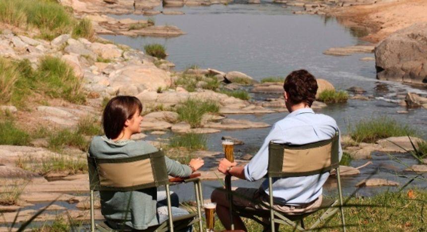 Am Fluss sitzen in Masai Mara, Kenia