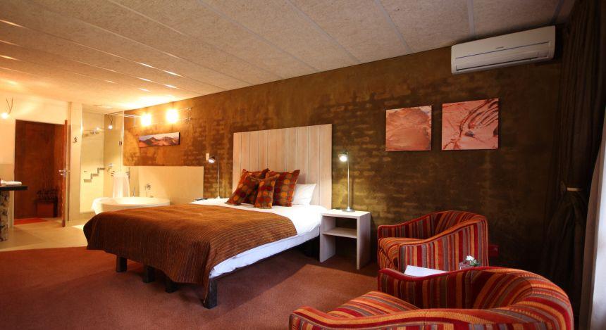 Großes Schlafzimmer mit En-Suite-Bad im African Rock Hotel in Johannesburg, Südafrika