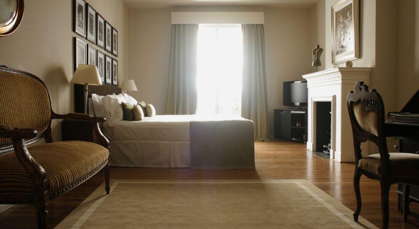Schlafzimmer mit Kamin im Hotel Legado Mítico in Buenos Aires, Argentinien