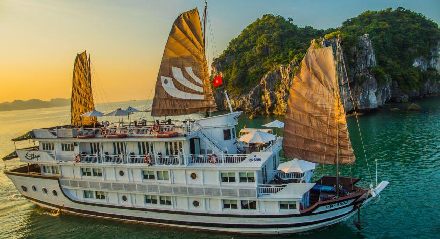 Kreuzfahrtschiff der Bhaya Cruise durch die Halong-Bucht