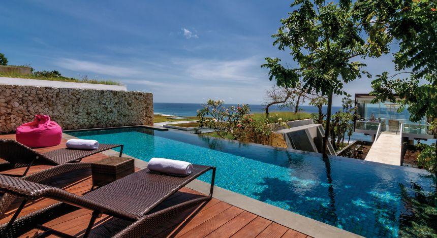 Liegestühle am Pool mit Meerblick im Anantara Uluwatu Bali Resort