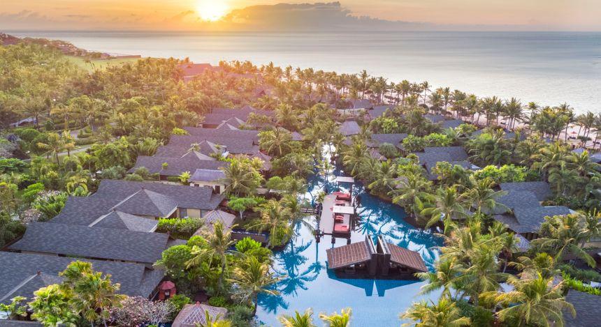Vogelperspektive auf das St. Regis Bali Resort bei Sonnenuntergang