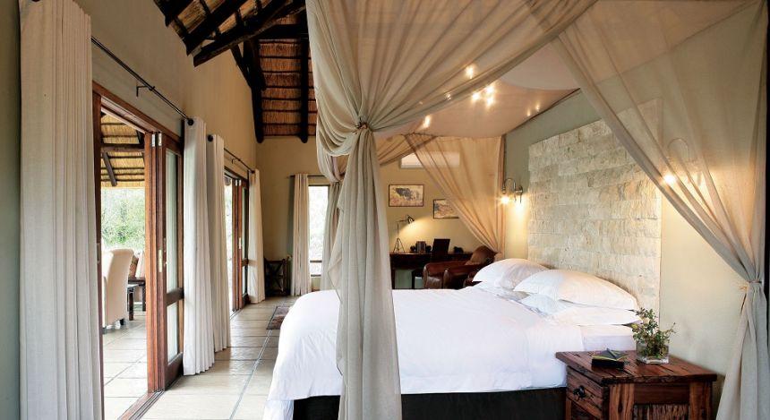 Elegantes Schlafzimmer mit Moskitonetz in Krüger, Südafrika