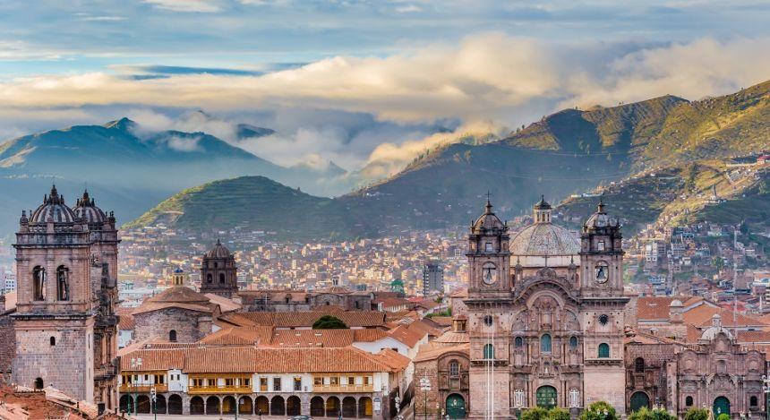 Stadtpanorama mit Anden-Gebirge im Hintergrund