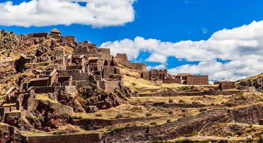 Ruinen der Inka auf den terrassenförmigen Berghängen in Peru