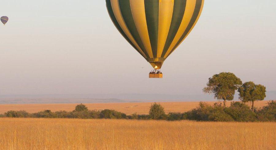 Heißluftballon über einer Steppenlandschaft