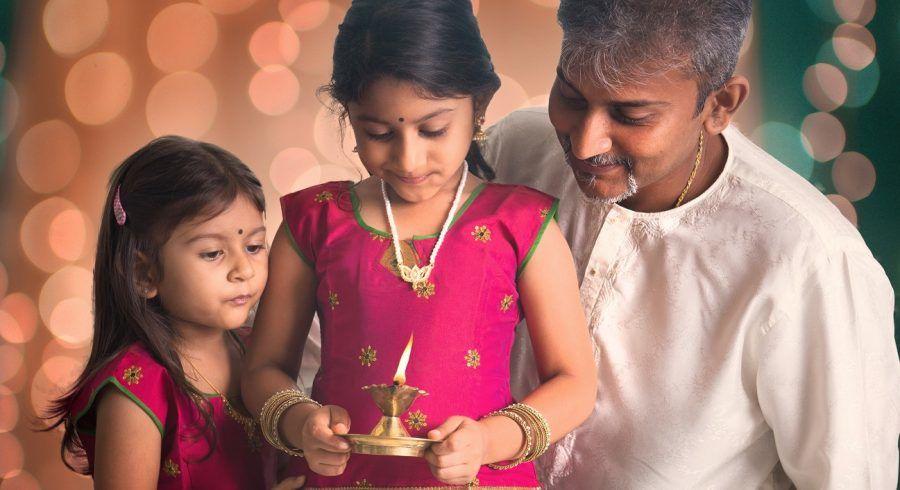 Familie feiert Diwali, das Lichterfest