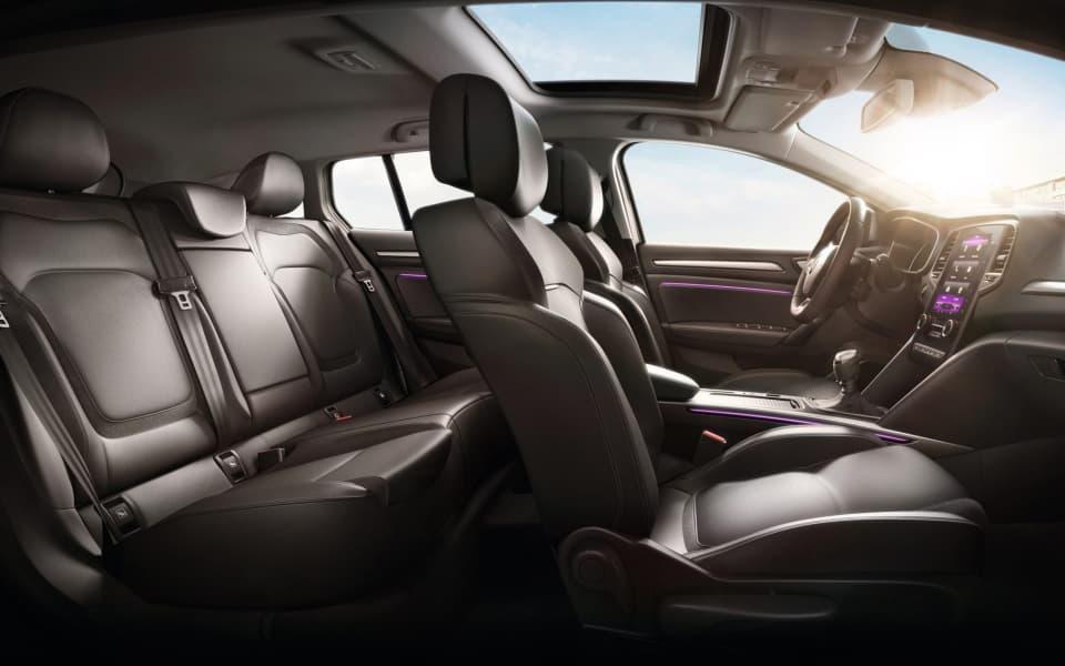 Renault Megane kupe med sort interiør og lilla stemningsbelysning