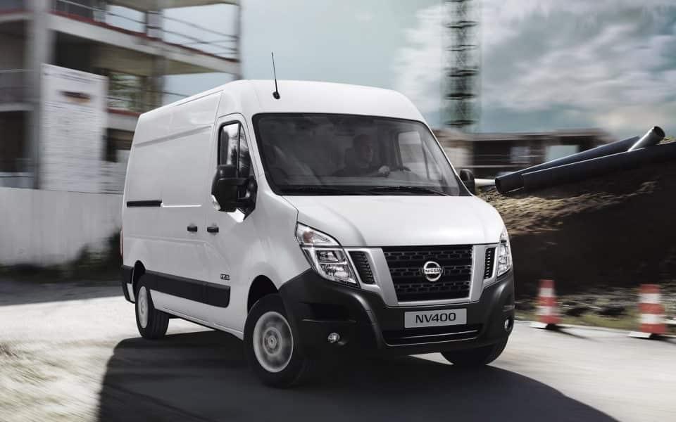 Nissan NV400 varebil byggeplass hvit
