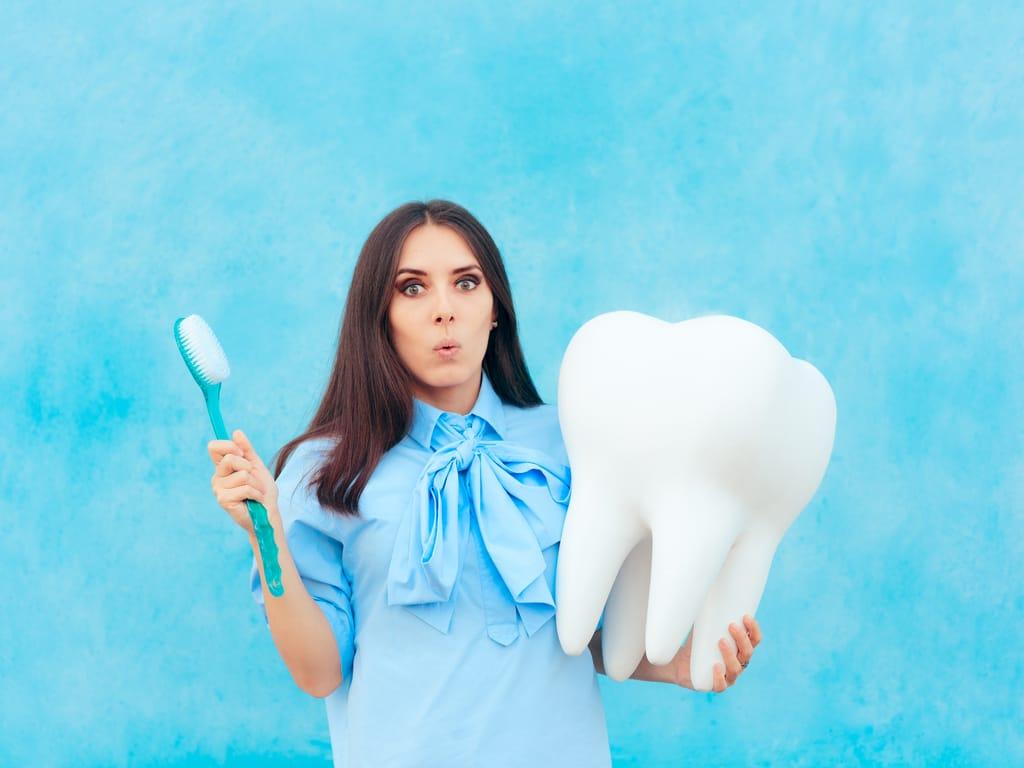 femme avec dent surdimensionnee