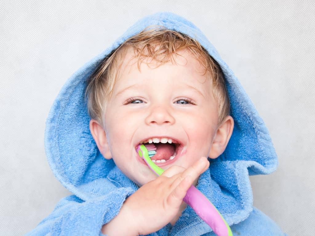 petit garcon en train de se brosser les dents