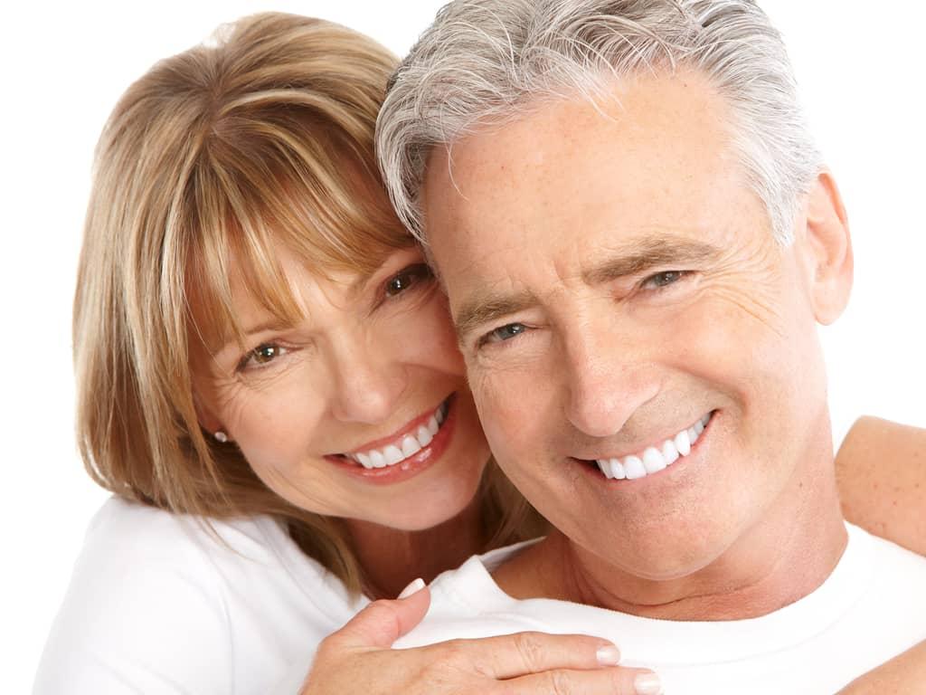 couple de seniors avec magnifique sourire dentaire