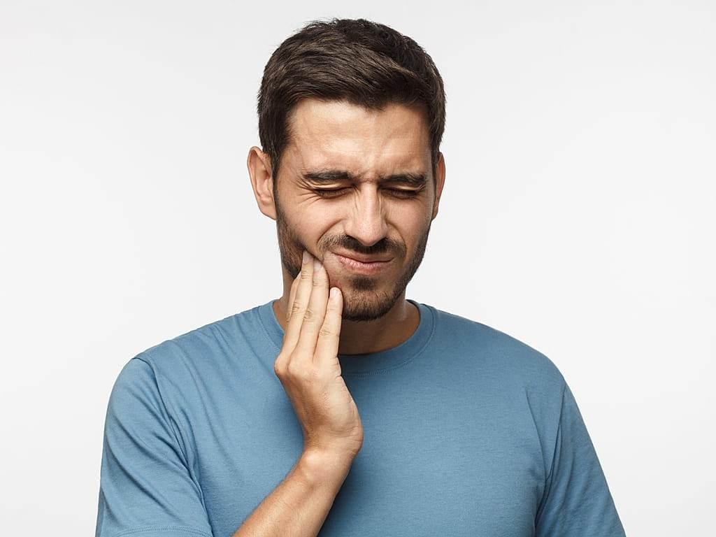 homme_serrant_les_levres_a_cause_de_douleurs_dentaires