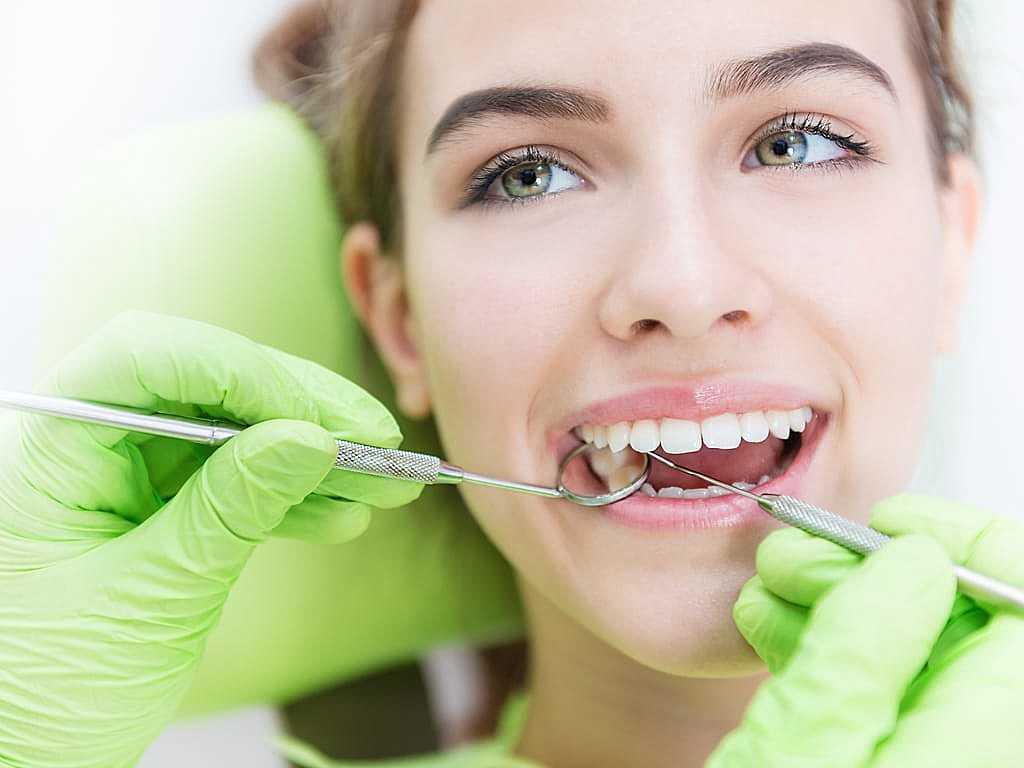 femme_chatain_et_dentiste_gants_verts