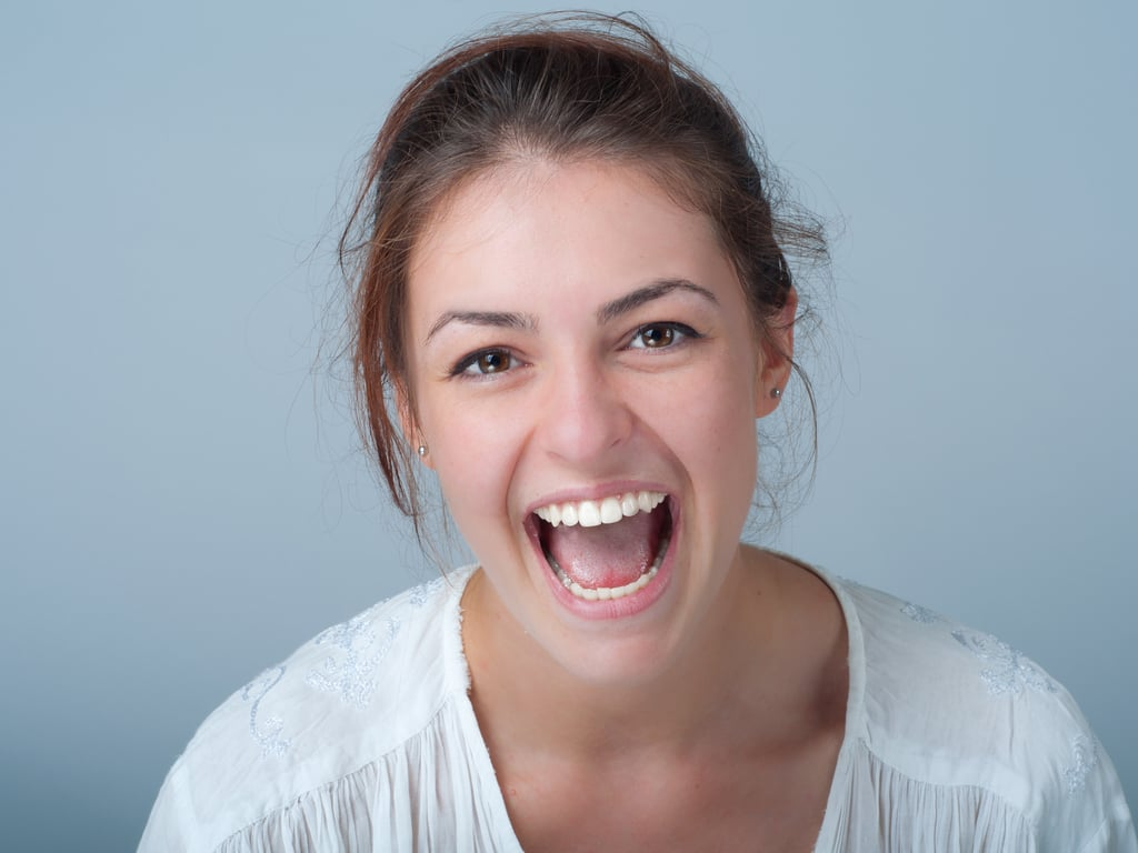 femme brune la bouche ouverte