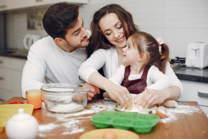 Dạy bé nấu ăn cùng ba mẹ tại nhà, lợi ích nhiều không tưởng!