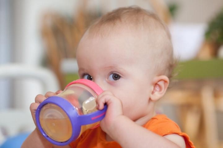 Một ngày bé uống nước bao nhiêu là đủ?