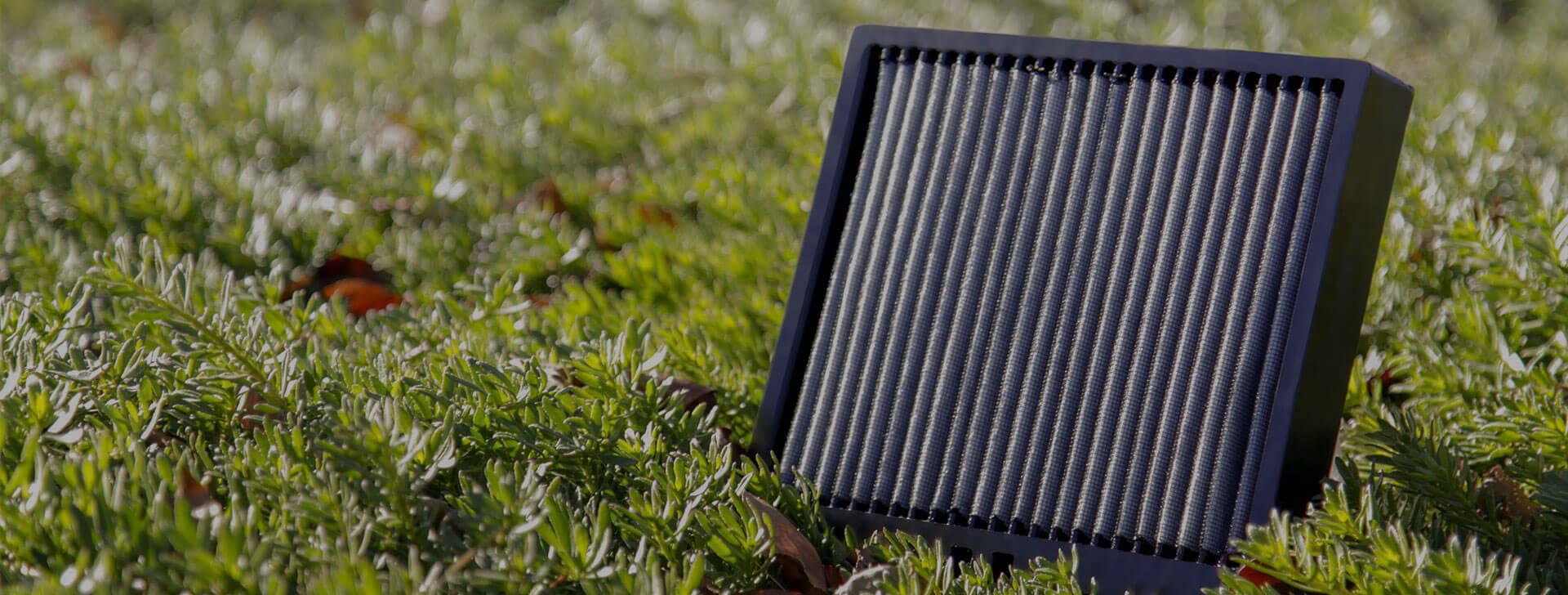 filtro dell'aria per abitacolo nell'erba