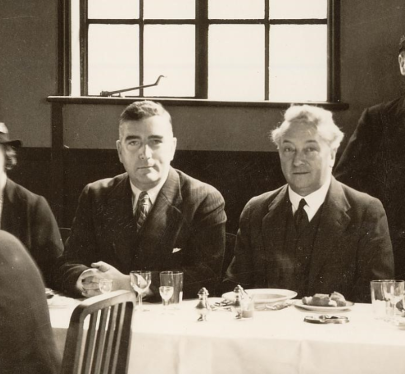 Black and white photo of Menzies and Lyons at a dinner in the 1930s.