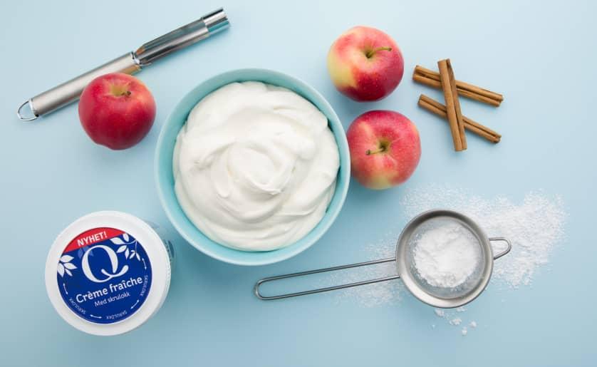 Creme fraiche sammen med epler og matlagingsredskap