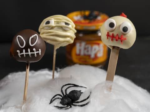 Cakepops av kakefyll, HaPå, kremost og sjokoladeglasur. Pyntet i skrekkelig kul Halloween-stil.