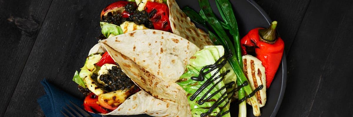 Wrap fylld med grillad halloumi, grillade grönsaker och Johnny's® Mayo Black Garlic