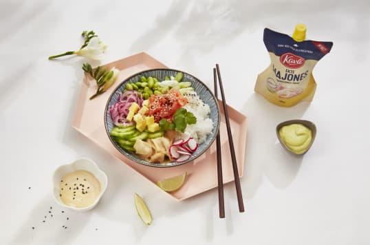 Poke Bowl med dipper av Kavli Ekte Majones og wasabi