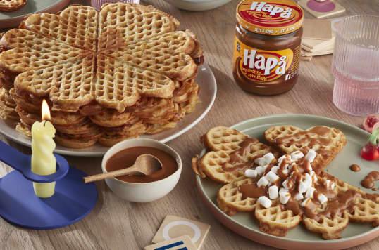 Vafler med saus av HaPå er herlig som kaffekos. Du kan enten bruke HaPå rett på vaffelen, blande 2 deler HaPå med 1 del kremfløte, eller røre HaPå og smeltet kokesjokolade sammen.