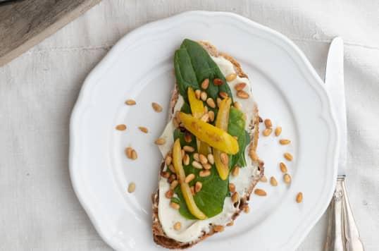 Nøttebrød med MagerOst Pesto, ristede pinjekjerner, gul paprika og spinat!
