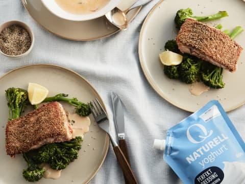 Fiskemiddagene blir aldri kjedelig med denne karrisausen med Q Frokostyoghurt. Bruk ris og dampet brokkoli som tilbehør, så har du en rask og god middag som passer for hele familien.