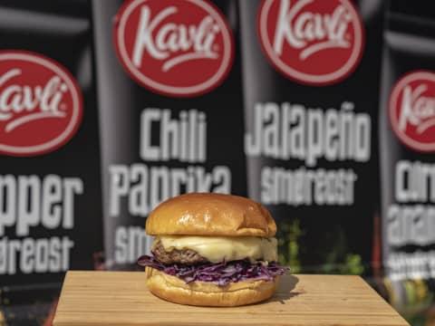 Butcher burger med Kavli Smaksrik ost og søtpotetfries med ostedipp er en smaksbombe vi tror du vil digge!